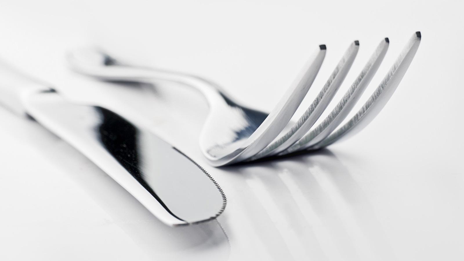 Forchetta e coltello sul tavolo
